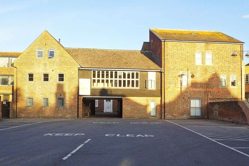 2 Bedrooms Flat for sale in South Street, Chichester City Centre, PO19