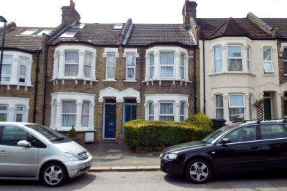 3 Bedrooms Terraced House for sale in Chelmsford Road, Southgate, London