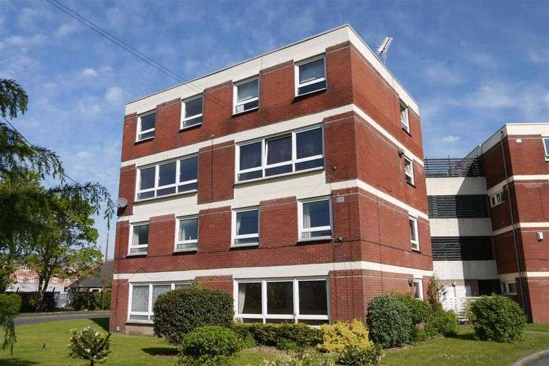3 Bedrooms Flat for sale in Elworthy Close, Stafford