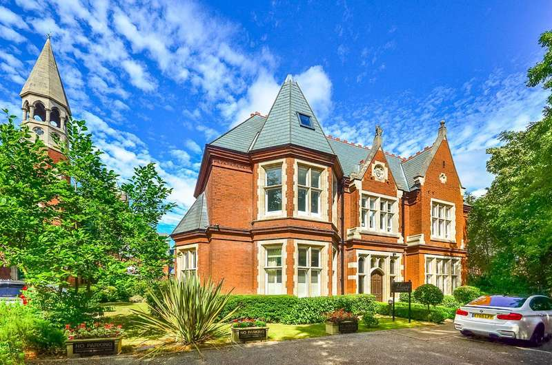 2 Bedrooms Flat for sale in Regents Drive, Woodford Green, IG8
