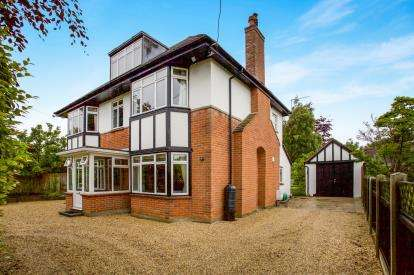 4 Bedrooms Detached House for sale in Barton On Sea, New Milton, Hampshire