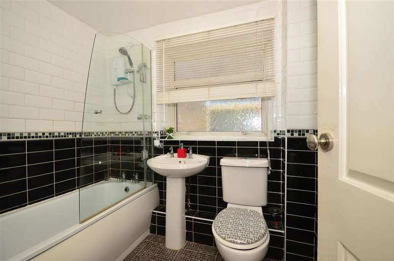 3 Bedrooms Semi Detached House for sale in Queens Gardens, Rainham, Essex