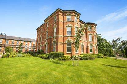 2 Bedrooms Flat for sale in Knightsbridge Square, Pavilion Way, Macclesfield, Cheshire