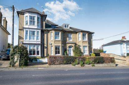 2 Bedrooms Flat for sale in London Road, Halesworth, Suffolk