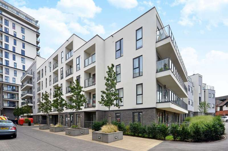 2 Bedrooms Flat for sale in Bradfield House, Woking, GU22