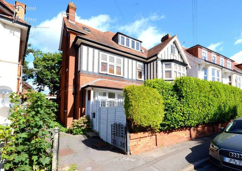 3 Bedrooms Flat for sale in Glen Road, Bournemouth, BH5 1HR