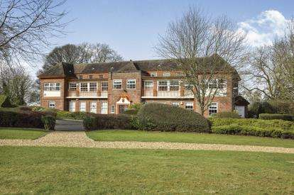 2 Bedrooms Flat for sale in Kingsley Green, Kingsley Road, Frodsham, Cheshire, WA6