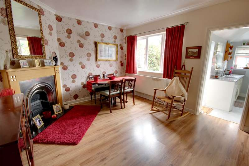 2 Bedrooms Terraced House for sale in Alexandra Road, Addlestone, Surrey, KT15