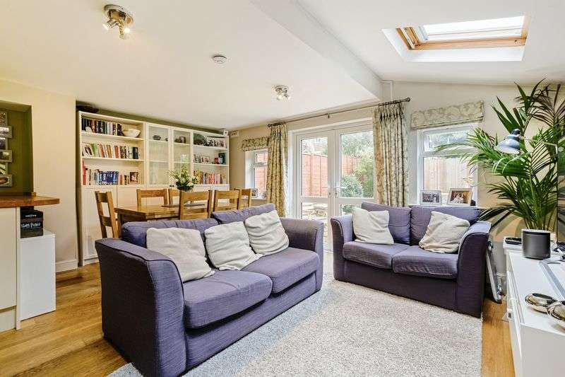 2 Bedrooms Flat for sale in Greyhound Lane, London