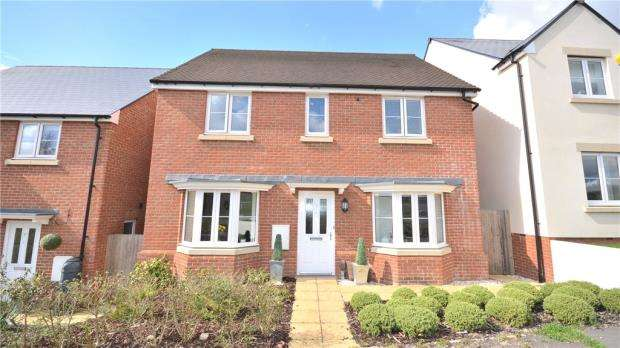 4 Bedrooms Detached House for sale in Eagle Way, Bracknell, Berkshire