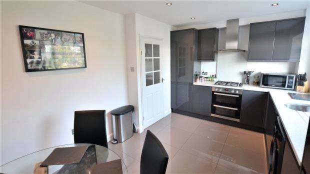 2 Bedrooms Maisonette Flat for sale in St. Davids Close, Iver, Bucks
