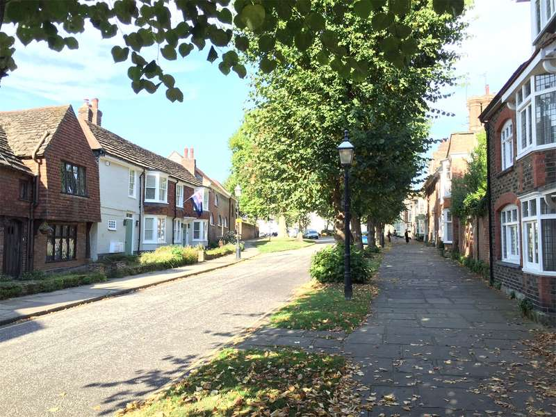 2 Bedrooms Flat for sale in Causeway, Horsham, West Sussex, RH12