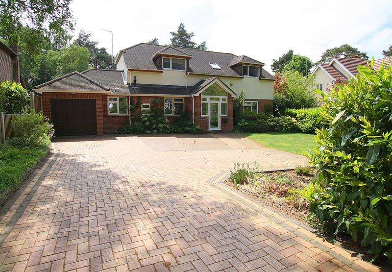 4 Bedrooms Detached House for sale in Pinehurst Road, West Moors, Ferndown