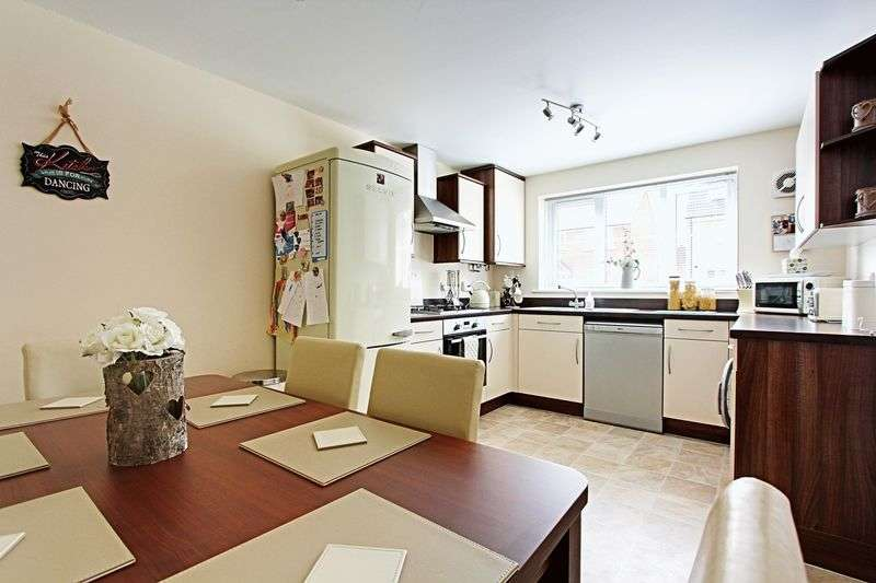 4 Bedrooms Terraced House for sale in Hyde Park Road, Kingswood