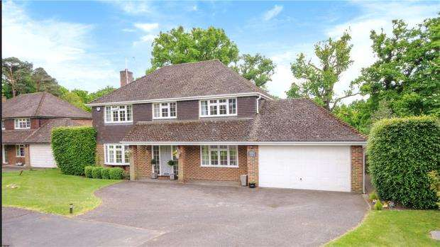 5 Bedrooms Detached House for sale in Moor Place, Windlesham, Surrey