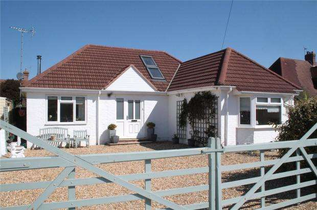 3 Bedrooms Detached Bungalow for sale in Knightscroft Close, Rustington, West Sussex, BN16