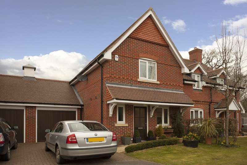 2 Bedrooms Semi Detached House for sale in Hall Hurst Close, Billingshurst, West Sussex, RH14