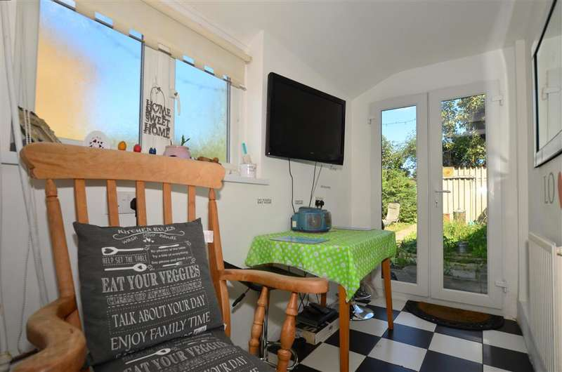 4 Bedrooms Semi Detached House for sale in Sunnyside Avenue, Minster On Sea, Sheerness, Kent