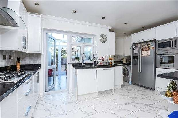 3 Bedrooms Property for sale in Woodland Way, Mitcham, Surrey, CR4