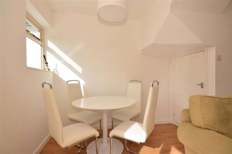 3 Bedrooms Terraced House for sale in Ivy Chimneys, Epping, Essex
