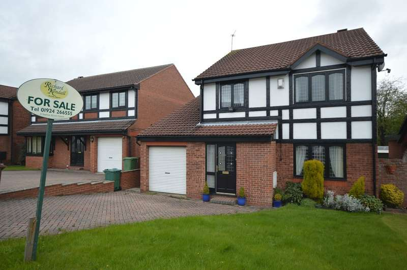 4 Bedrooms Detached House for sale in Crown Point Close, Ossett