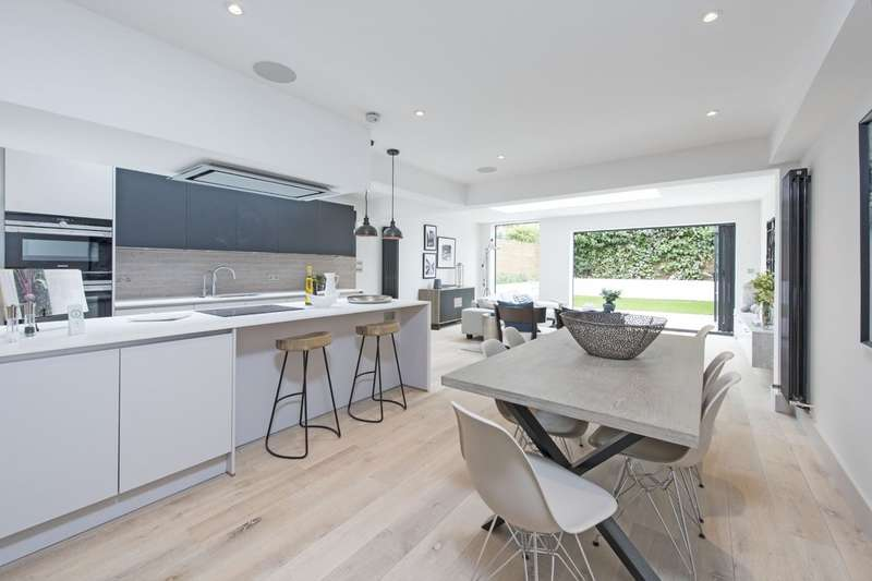 3 Bedrooms Flat for sale in Wroughton Road, Battersea, London