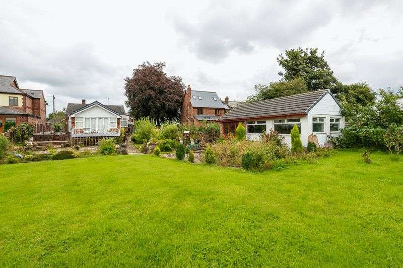 2 Bedrooms Detached Bungalow for sale in Preston Road, Coppull