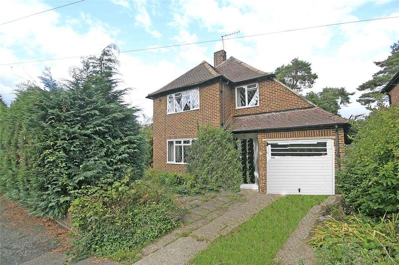 3 Bedrooms Detached House for sale in Lovelace Drive, Pyrford, Surrey, GU22