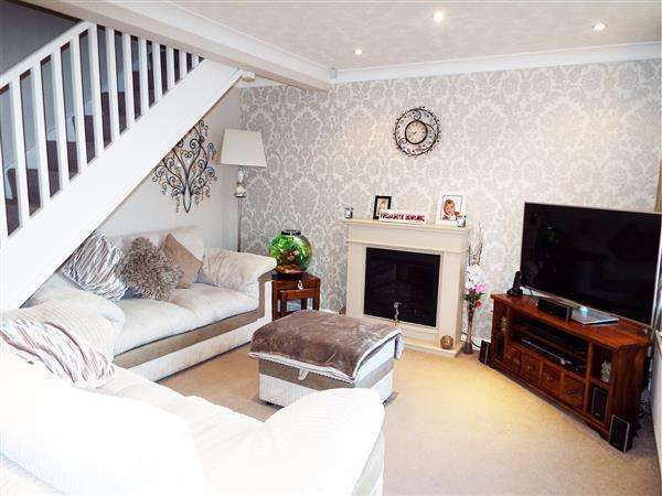 2 Bedrooms Semi Detached House for sale in Penine Vale, Oldham