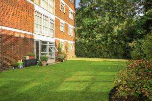 3 Bedrooms Flat for sale in Parkwood, Beckenham