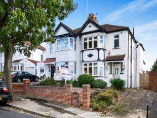3 Bedrooms Semi Detached House for sale in Raymere Gardens, London