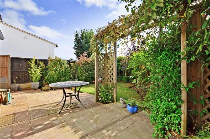 3 Bedrooms Detached House for sale in Ravenscourt Grove, Hornchurch, Essex