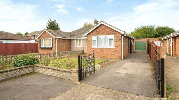 2 Bedrooms Semi Detached Bungalow for sale in St. Johns Drive, Windsor, Berkshire