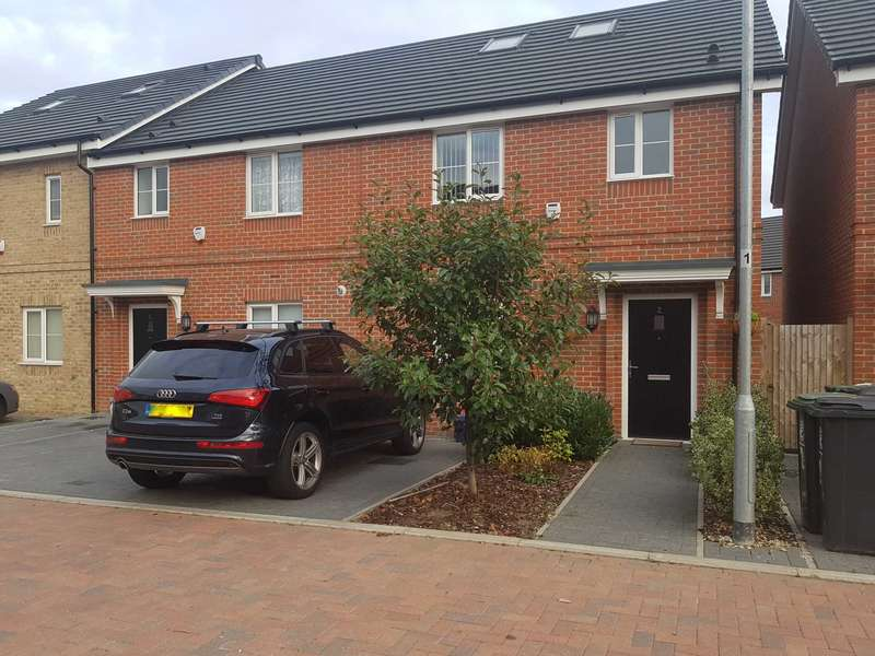 4 Bedrooms Semi Detached House for sale in Hawthorn Way, Chigwell