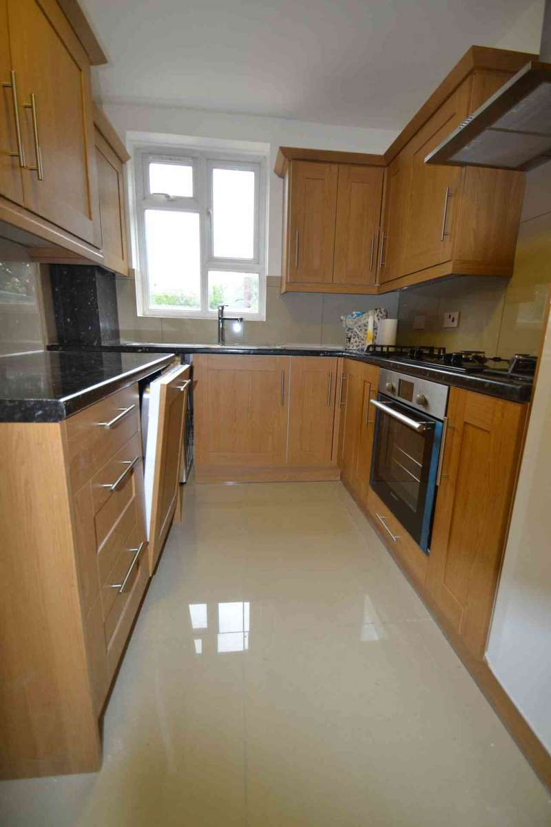 3 Bedrooms Flat for sale in Canada Cresent, Acton
