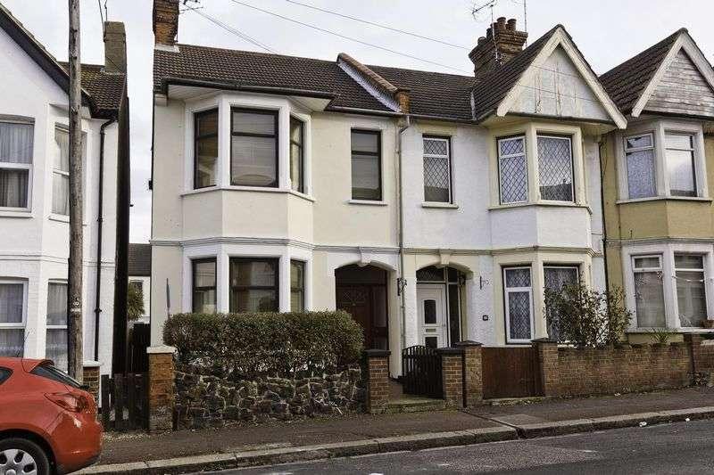 3 Bedrooms Terraced House for sale in Ramuz Drive, Westcliff-On-Sea