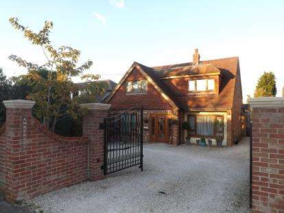 4 Bedrooms Bungalow for sale in Hedge End, Southampton, Hampshire