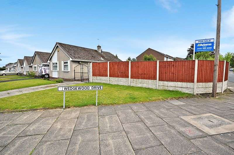 2 Bedrooms Detached Bungalow for sale in Wedgewood Drive, Widnes