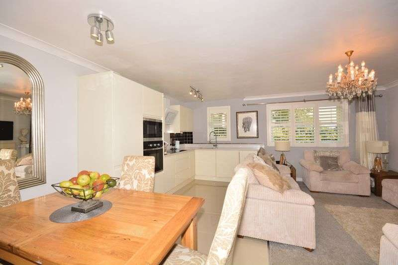 2 Bedrooms Flat for sale in Fieldways, Star Lane, Lymm
