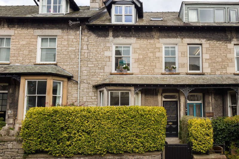 4 Bedrooms Terraced House for sale in 32 Gillinggate, Kendal, Cumbria LA9 4JE