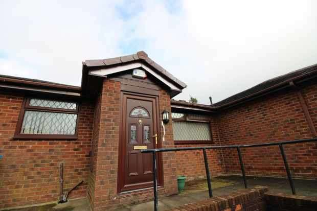 2 Bedrooms Bungalow for sale in Cavannah Court, Oldham, Lancashire, OL1 4SL