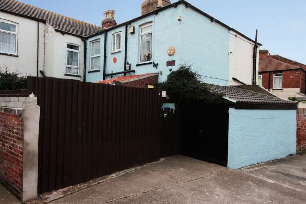 2 Bedrooms Terraced House for sale in Queen Street, Withernsea, North Humberside, HU19 2AR