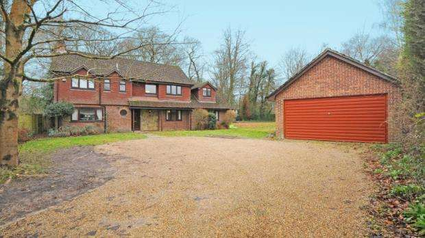 5 Bedrooms Detached House for sale in Elvetham Close, Fleet, Hampshire