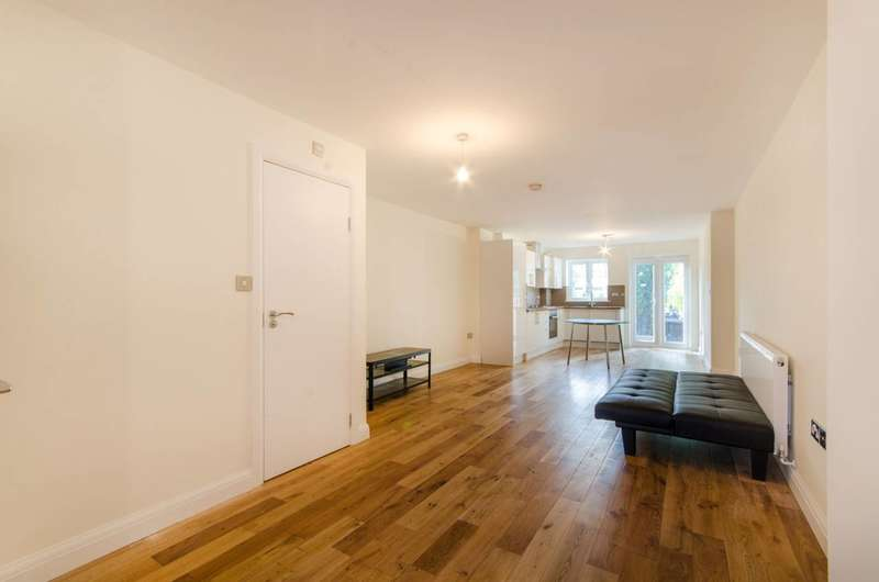 3 Bedrooms Terraced House for sale in Halton Close, Friern Barnet, N11