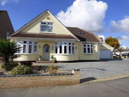 4 Bedrooms Bungalow for sale in Hornchurch, Essex