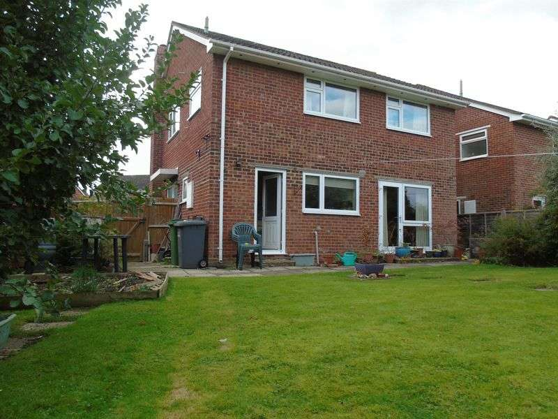 4 Bedrooms Detached House for sale in Churchill Close, Tadley