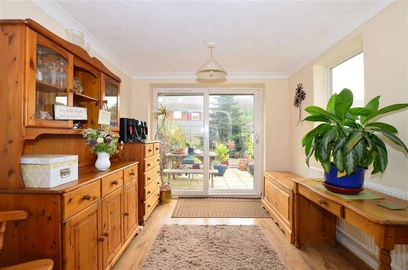 3 Bedrooms Semi Detached House for sale in Rowan Close, Aylesford, Kent