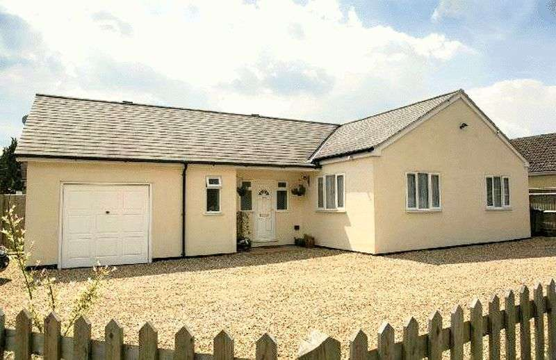 4 Bedrooms Bungalow for sale in NO CHAIN - This well presented and maintained 4 bedroom detached bungalow is located in a popular area of Tilehurst, and has full planning permission approved for an extension which could create 3 extra rooms plus an additional bathroom.