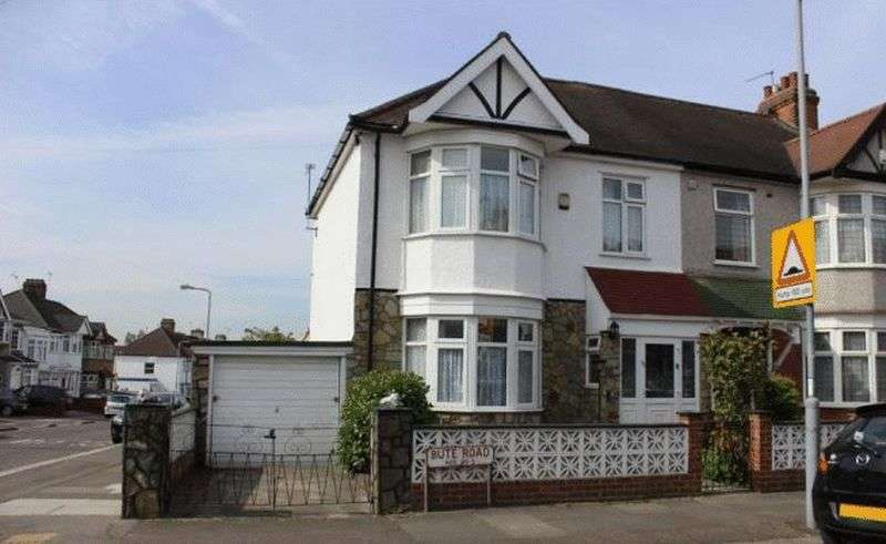 3 Bedrooms Terraced House for sale in BUTE ROAD, BARKINGSIDE. IG6