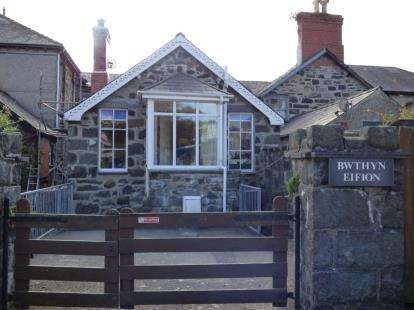 2 Bedrooms House for sale in High Street, Criccieth, Gwynedd, LL52